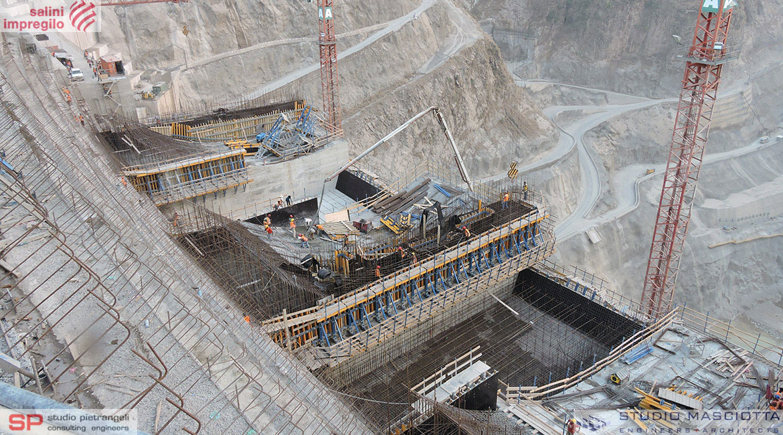 Scivolo e muri laterali dello sfioratore della diga di GIBE III
